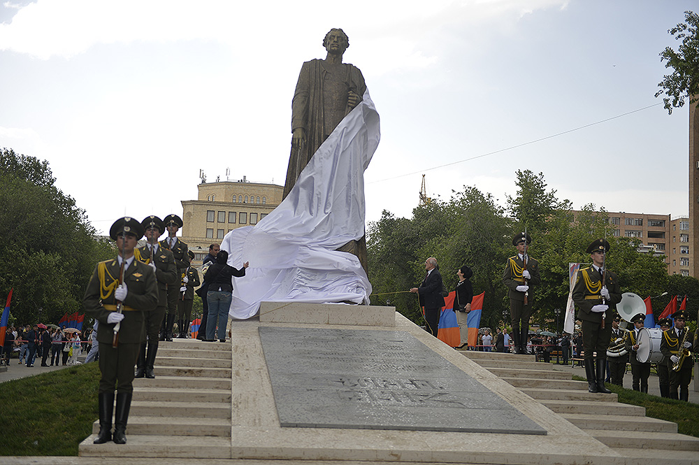 """Нацменам можно: В Ереване торжественно открыли памятник местному """"Бандере"""" Njde_monument1"""